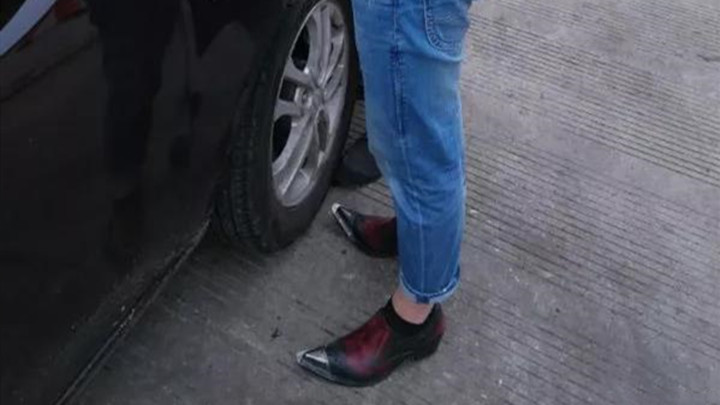 高速上,男司机被罚50元,因为穿了高跟鞋......