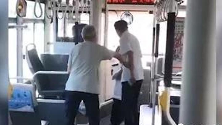 公交车司机当场给乘客下跪!网友:生活不易,请多点包容