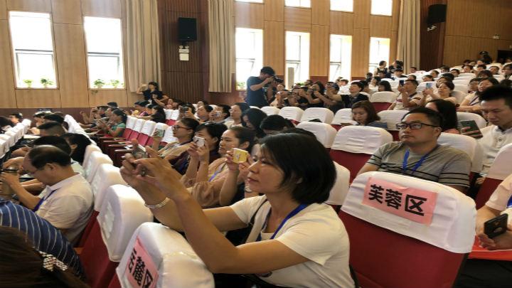 芙蓉区教师、机长代表纷纷拿出手机,记录重要时刻