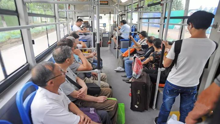 跟年轻人抢公交?上下班高峰该不该限制老年证?