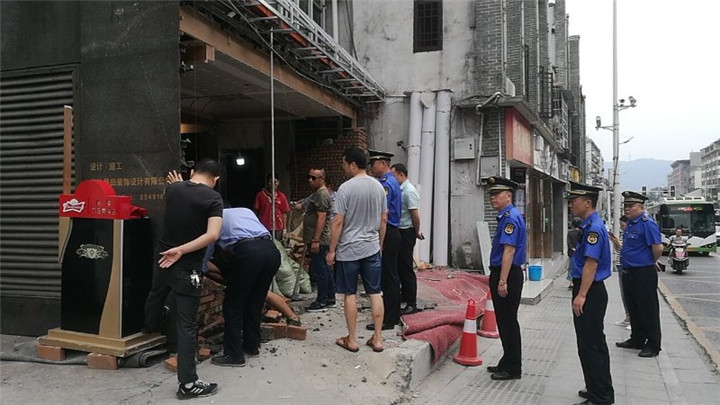 临街门店违法扩建,天心城管火速拆除