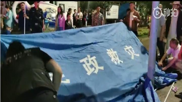 【直击现场】珙县公安、消防、民兵、志愿者协力为群众搭建避难帐篷。(来源:珙县发布)