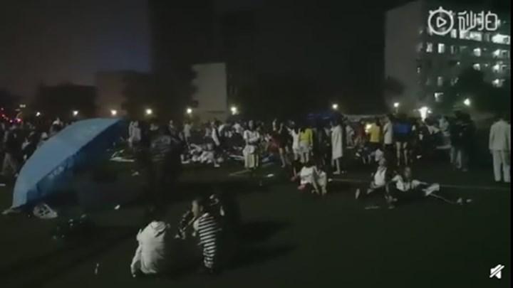 震后,珙县第一高级中学迅速组织学生疏散撤离,引导学生在操场集合并安抚学生,目前学生们情绪稳定。(来源:珙县发布)