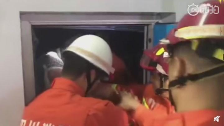 【地震造成两人被困电梯 消防员紧急救出】地震造成宜宾珙县时代广场两人被困电梯,消防指战员员成功将两名被困人员救出。(来源:中国消防)