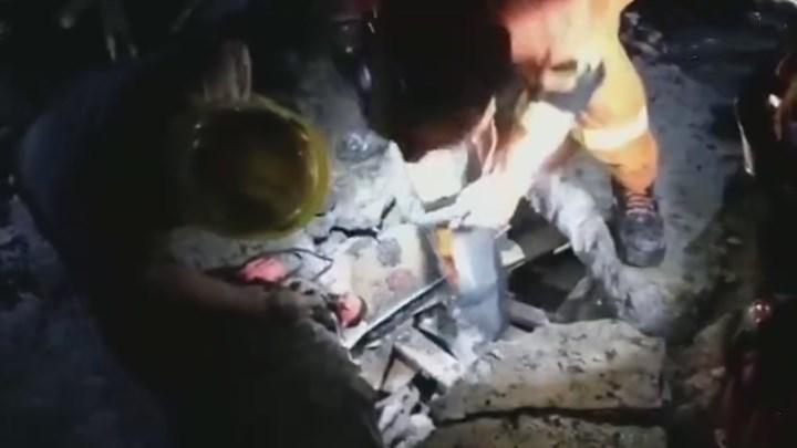 【消防员已救出两人】四川宜宾消防指战员在长宁县大水村救出两名被埋压人员!还有人员被困,消防员正紧张救援 。(来源:中国消防)