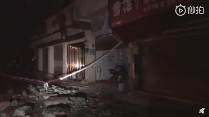 【最新:18日凌晨2点17分消息】记者抵达震中,目前所有居民已被疏散,当地正建立临时安置点。(来源:宜宾发布)