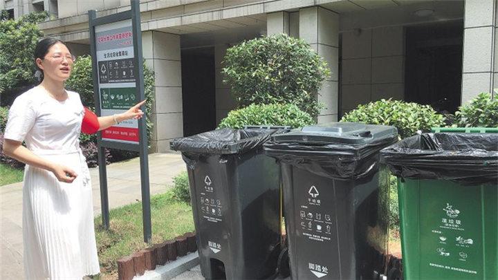 """为干湿垃圾办""""身份证"""" 建长沙最大社区垃圾分拣中心 岳麓区八方社区全面铺开垃圾分类入户工作"""