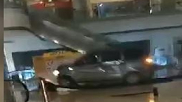 面包车冲入成都一购物中心乱撞,致多间商铺受损