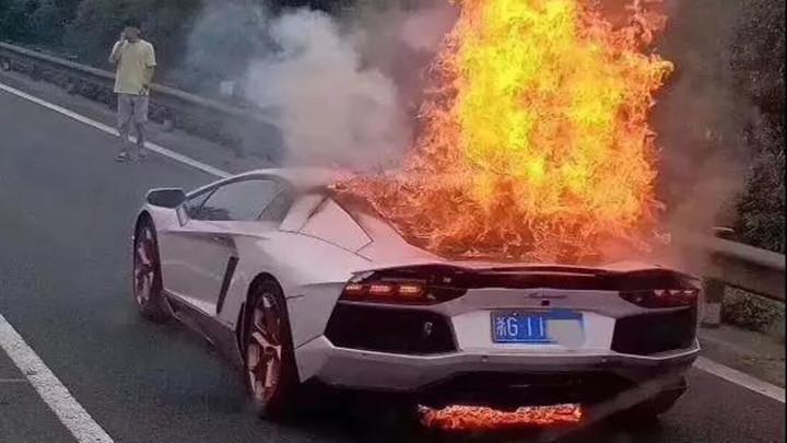 浙江男子借700万粉红色兰博基尼,开上高速烧成废铁!原因让人崩溃