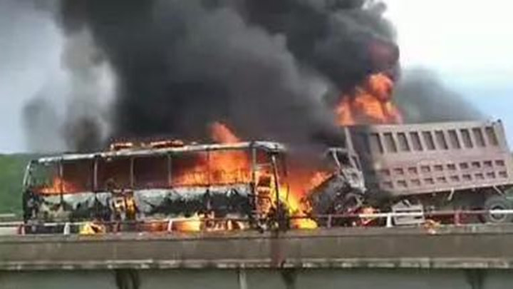 事发内蒙古,旅游大巴与货车相撞起火,6人死亡