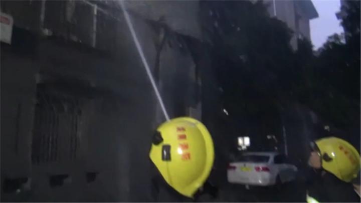 长沙一居民家中浓烟滚滚伴有明火!消防员兵分两路紧急扑救