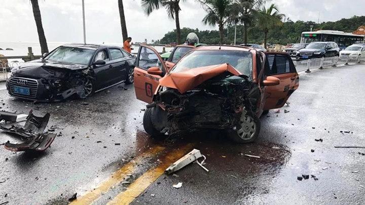 视频触目惊心!疯狂司机为躲避检查狂飙4公里,撞向对车,车况惨不忍睹