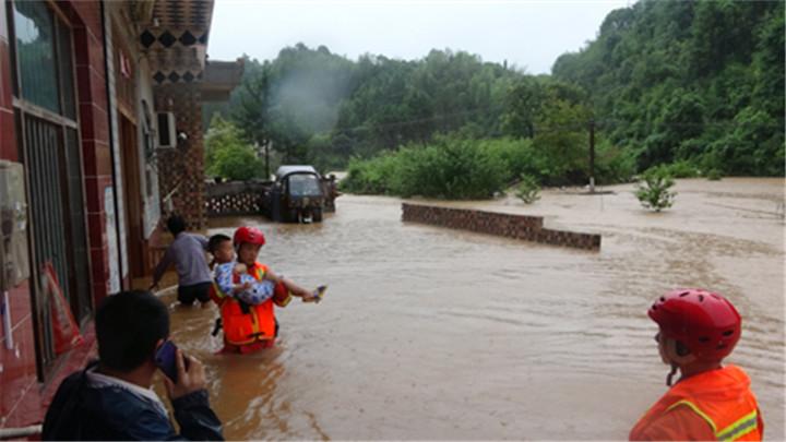 株洲:暴雨致多处房屋被淹  消防紧急转移18人