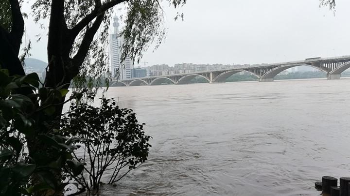 橘子洲问天台已完全被水淹没,景区紧急启动防汛预案
