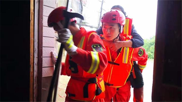 邵阳:孕妇老人等七人被洪水围困 双清消防迅速救援