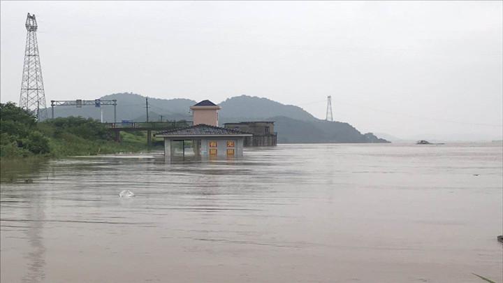 兴马洲撤离实况:蓝天救援队携带皮划艇等救援设备待命中