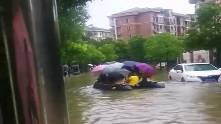 衡阳市耀江花园小区:居民出行靠皮划艇
