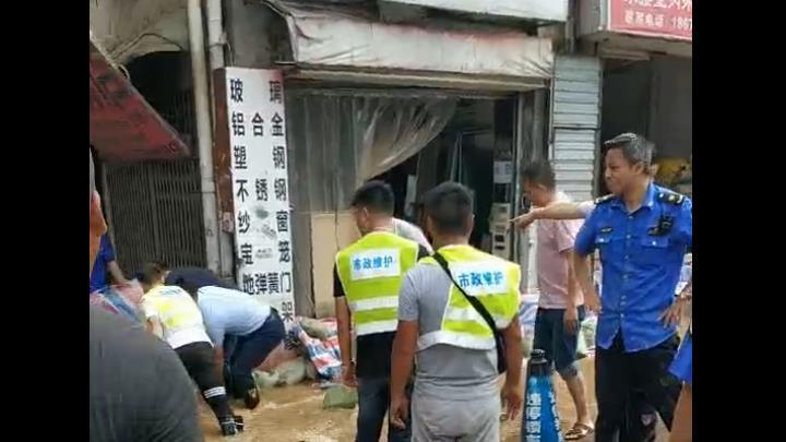 记者发回的西湖路水情实况③:多部门紧急排险中