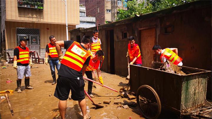 多图直击!洪水退去后株洲志愿者清淤忙