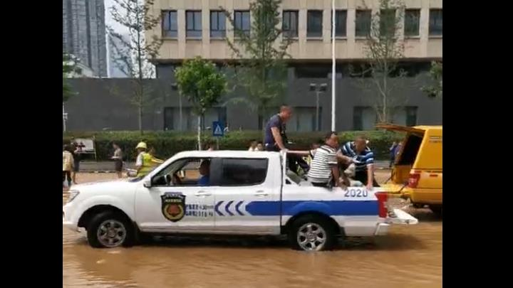 记者发回的西湖路水情实况②:300名救援人员紧急排险