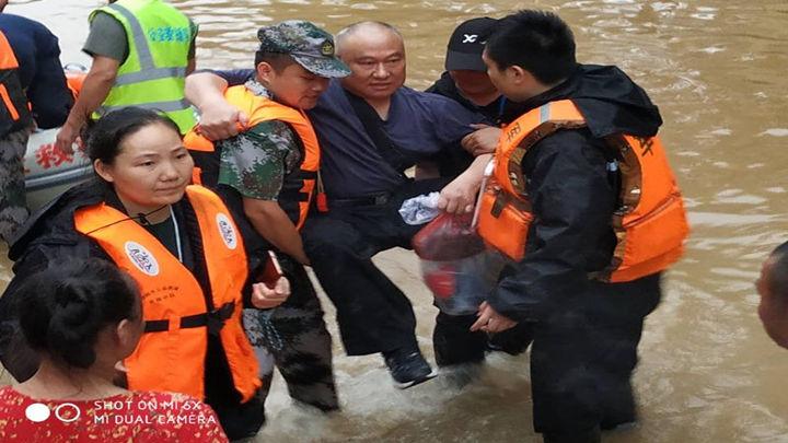 浏阳市公益救援队金刚中队、从昨天起一直在醴陵沈谭参加救援昨天晚上救援到凌晨4点收队休息了两个小时、6点继续参加救援和发放物资、现在也一直在现场没有撤出