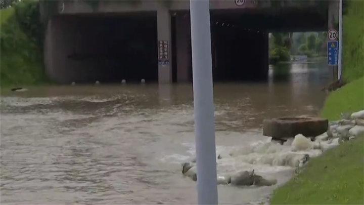 防汛一线:岳麓区龙王港河水倒灌入滨湖路,多部门现场处置