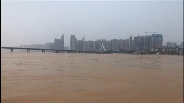 洪峰过境前的湘江长沙段