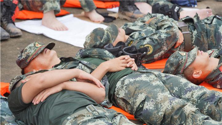 衡南县:武警衡阳支队官兵奋战连夜12小时后,累得就地而睡!