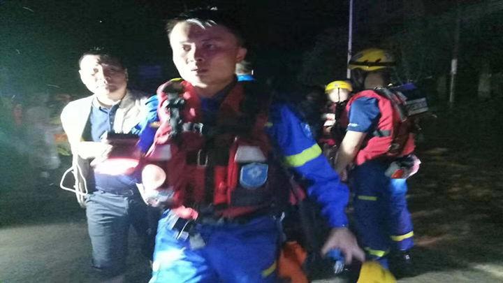 长沙蓝天醴陵救援分队在7月10日01:56  两艘艇转运5批次,共撤离村民30多人到达安全区域。
