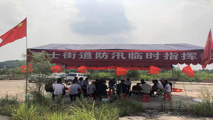 学士街道干群一心 <br>人员全线上堤50米一人进行24小时值守东山垸、立赛垸、靳江河沿线 ;同时启用无人机进行巡查;筑建临时子堤200米。