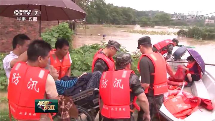 湖南多地洪水来袭 官兵紧急排险