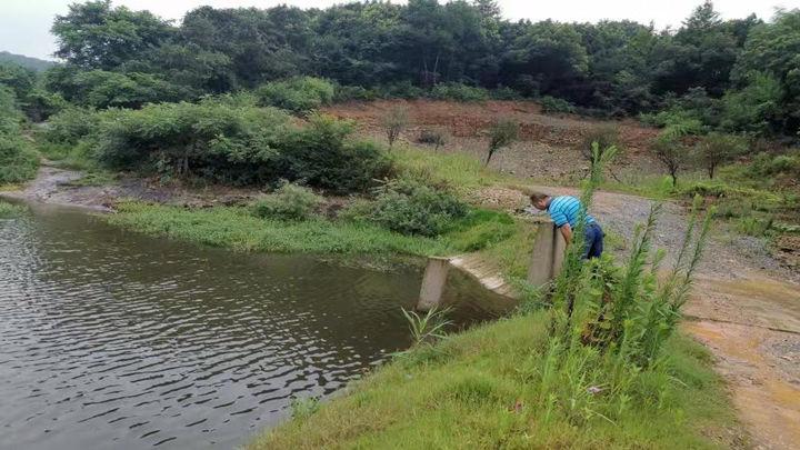 莲花镇工作人员对水库进行24小时值守监测。