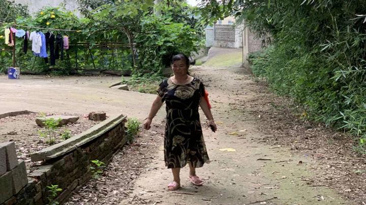 """茶亭镇苏蓼村的胡佩林娭毑今年已有64岁,仍积极参与到防汛一线工作当中。7月10日,她在西闸口电排站防汛值守到凌晨一点,今天一早6点又上堤参加巡堤查险。记者了解到,胡佩林的丈夫余建文患病,需要人照顾,但儿女都不在身边,胡娭毑就把丈夫带在身边,一边照顾,一边防汛。""""我对这个地方非常熟悉,应该能帮上忙的,我也要来尽一份责任。"""""""
