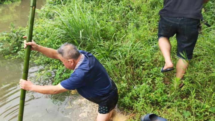 望城区:七旬老人六次下水用生命堵阀门
