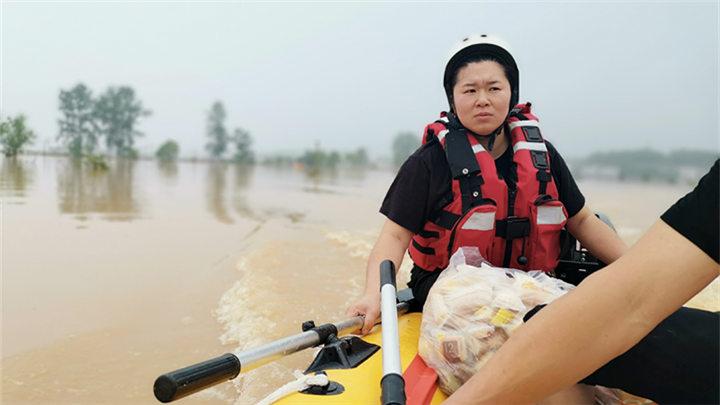 """长沙女""""操舟手""""参与醴陵防汛救援  27岁女汉子 接连救出22名村民"""