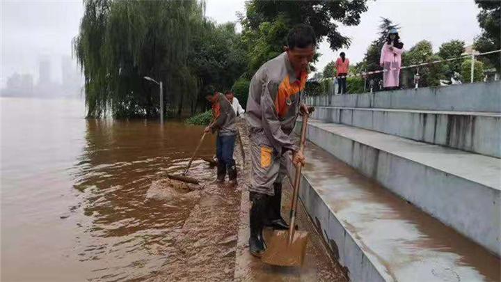 """力争开园与向洪水说""""再见""""同步进行,橘子洲展开退水清淤工作"""