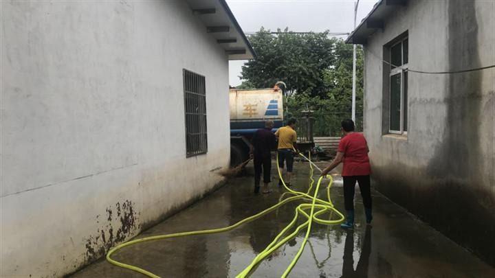 """""""清淤消毒""""还村民一个整洁干净的家园"""