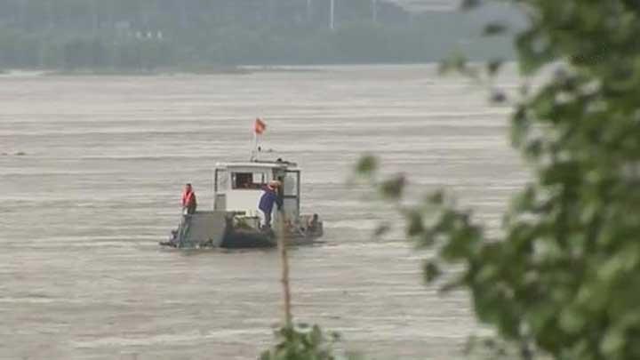 天心区环卫工人清理河面垃圾 守护一江碧水