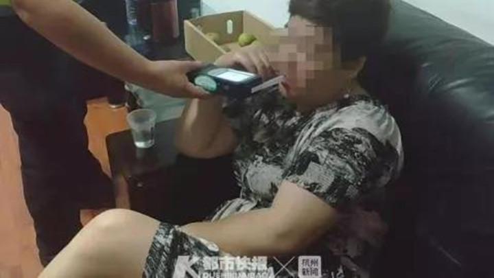 浙江女司机醉驾上高速,一边开车一边拍抖音,送到医院抽血还在拍!