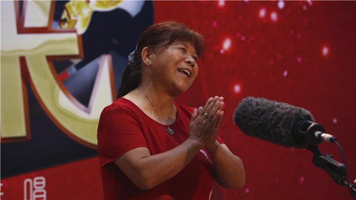 老爸老妈唱起来特色选手:大妈欢唱儿歌,与评委亲密互动