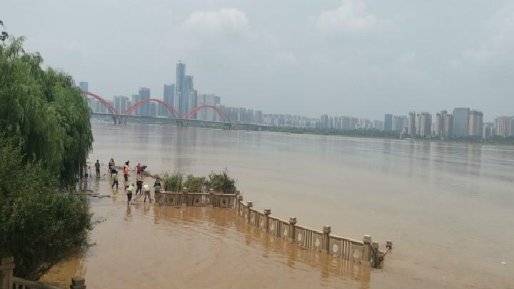 开福区:198小时坚守防汛 24小时紧急清淤 江湾半岛洁净如初