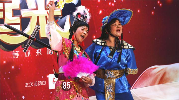 骏丰频谱老爸老妈唱起来:女扮男装演刘海,对唱胡大姐