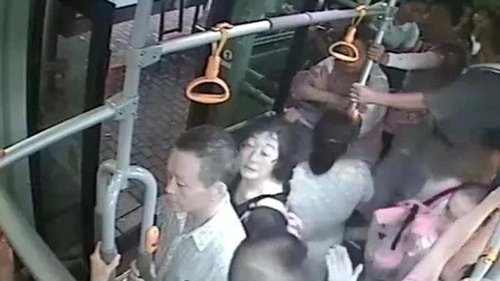 乘客吵得不可开交,司机停车说了一句话,整辆车都安静了