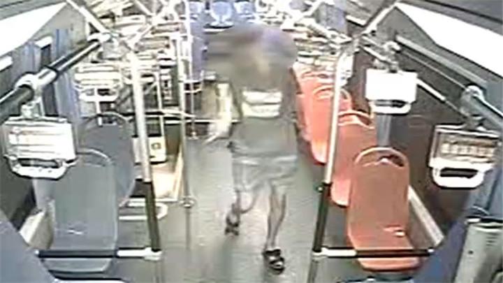 公交司机停车下客竟突遭袭击!打人男子浑身酒气,疑因被挡道上车泄愤