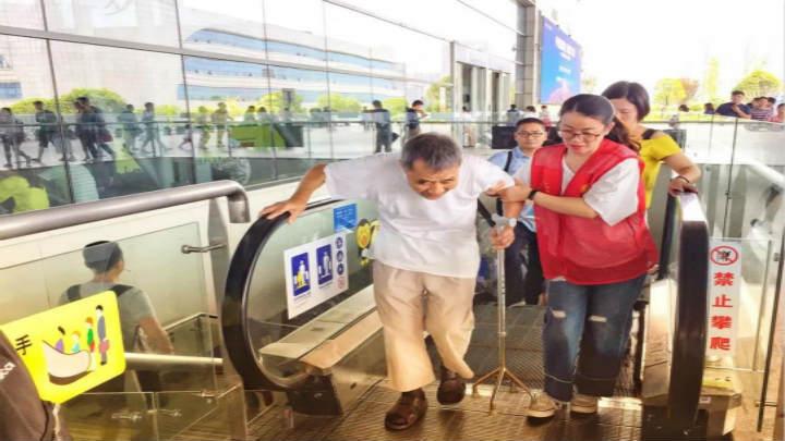 """点赞!高温暑运:长沙南站日均百名志愿""""小红帽""""助你出行"""