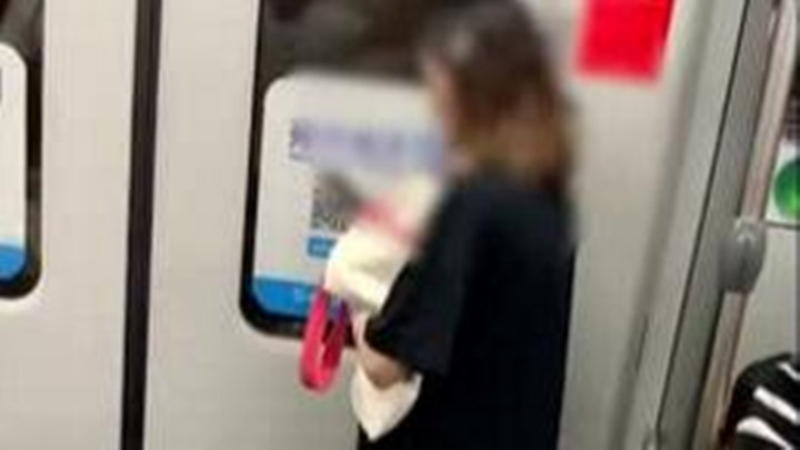 女乘客地铁上砸门拉应急装置,有精神类疾病就诊记录