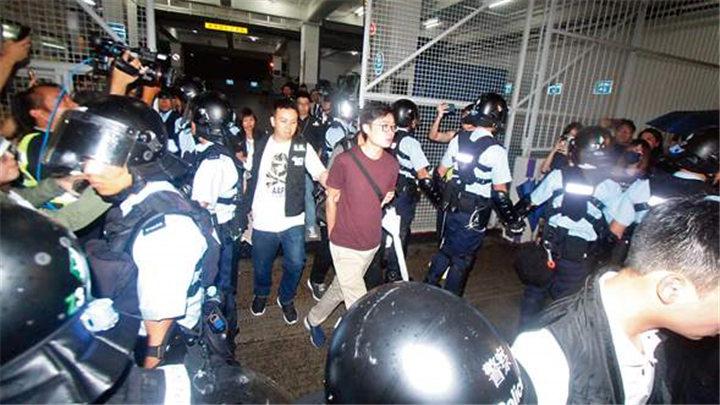 香港警方捣毁暴力分子武器库:再拘捕7男1女