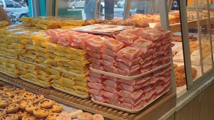 南京一知名面包店被曝逼员工吃过期月饼!店长:只是警告