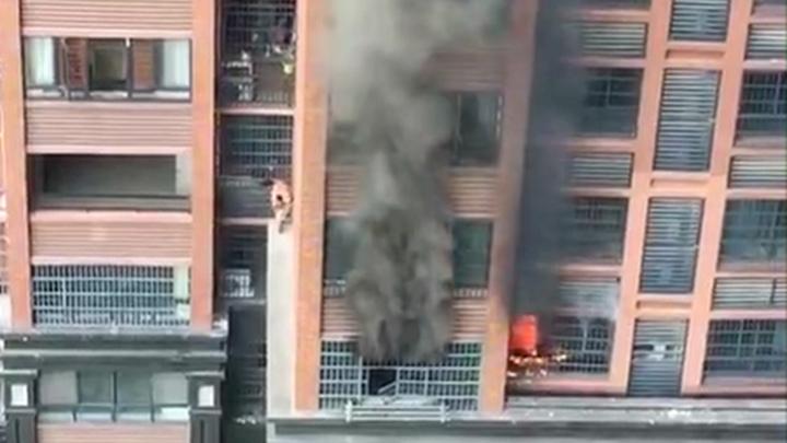 星沙橄榄城高层住宅起火,爷爷背孙子高楼墙沿惊险逃生
