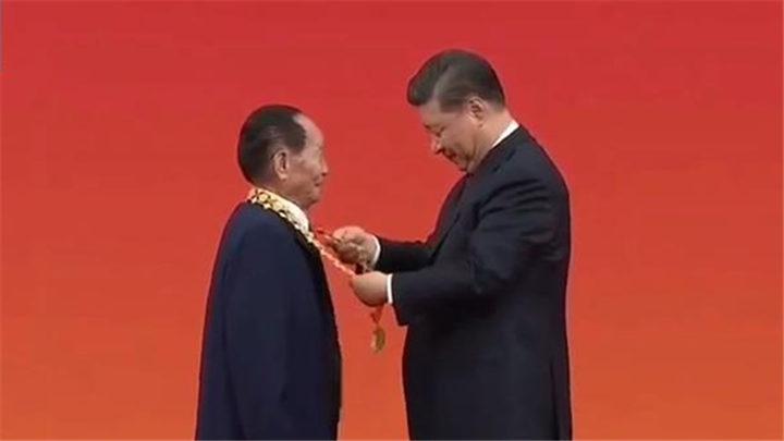 """习近平向袁隆平颁授""""共和国勋章""""(视频)"""